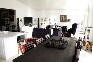 Vardagsrummet och kök tillsammans i ett stort rum.