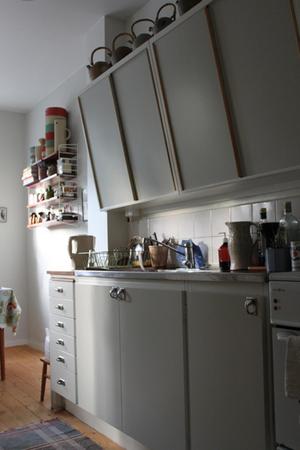 Kök i lägenhet från 1940-talet. Överskåpen är originalinredning och det nedre diskbänkspartiet utbytt men anpassat efter originalstilen.