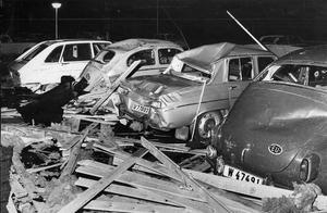 Hallstahammar. På Östra Nibble 7 demolerades flera bilar sedan taket blåst av från ett sexvåningshus.