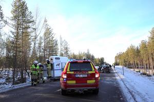 Ett hästsläp kördes från platsen med en av räddningstjänstens bilar sedan sedan bilen som fraktade hästtransporten skadads i samband med olyckan.