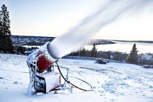 Snön sprutar för full i backarna på Frösön sedan mitten av förra veckan. Men någon skidåkning innan nyår är inte aktuell.