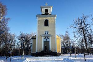 För att inte fler besökare än tillåtet ska ta sig in i kyrkan låser vaktmästaren portarna när det är fullsatt.