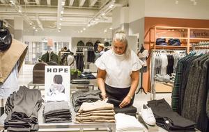 Svenskt märke.  Spirit Stores säljer kläder av många  skandinaviska märken som till exempel  svenska Hope. I bakgrunden skymtar butikschefen Alexander Kastell.