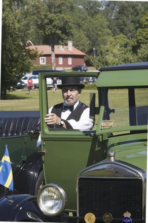 BRÖLLOPSBIL. Karl-Herman Schneider från Järbo tänkte ville köpa en T-Ford redan när han tog körkort, men hejdade sig när föräldrarna inte tyckte att han var riktigt klok. Sedan åkte han i en grön T-Ford när han gifte sig, och nu är han ägare till den här sedan tre år.