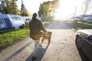 Kicki Stefanius drar disken i en balja till och från campingens diskutrymme.