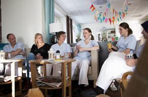 ST-läkaren Hannah Johansson passar på att fråga de andra läkarna till råds.