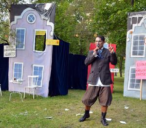 Doktorn (Jonas Radehorn) hyllar pengarna i sång.