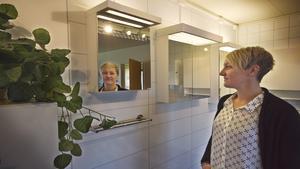 Badrumsspecialister. Catarina Stark är operativ chef på Fagersta Hygien. Badrumsskåpen finns i de flesta standardbredder och med tillhörande led-belysning.