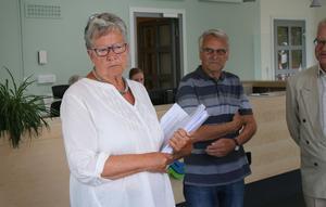 Sinikka Bohlin, S, ordförande regionfullmäktige mottog listorna.