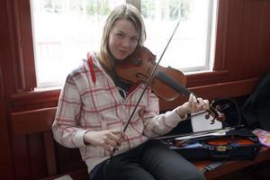 Viktoria Bro, Kilafors tillbringade den gångna helgen i Viks gamla skola för att med övriga medlemmar i låtverkstan för att träna, träna och åter träna.