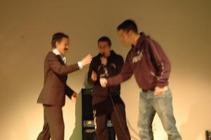 Sten, sax, påse avgjorde tävlingen Vem kan slå Freddy och Jonathan.
