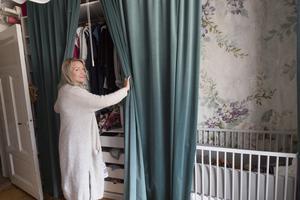 Förvaring behöver inte vara ful. Dölj praktiska hyllor med eleganta draperier i sammet.