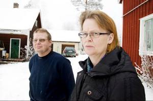 Kjell-Åke Andersson och Lena Kilegran har varit utan telefon i snart tre månader. Om någon försöker ringa till dem hamnar de i deras gamla bostad i Skucku.