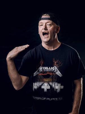 Småstadsliv-Kenta agerar konferencier på Rock On The Docks Festival.