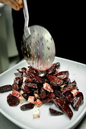 Ännu mer sallad. Rödbetor och fetaost som är värmt i ugn var en av salladsvarianterna.