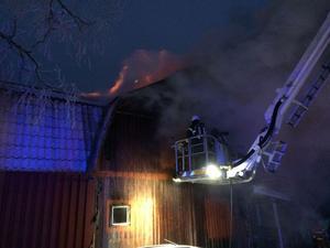 Trots att räddningstjänsten vräkte in vatten på övervåningen kunde de inte hejda brandförloppet. Bara minutrar efter att den här bilden togs fick elden fart ordentligt och släckningsarbetet avbröts.