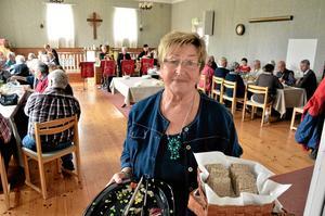 Renskrapat. Britt Johansson bär ut tomma serveringsfat efter lunchen som inleder dagledigträffen i Öskeviks missionshus.