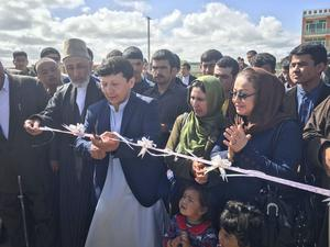 Efter tio dagars intensivt byggande klipper Arif Said banden till skolgården.