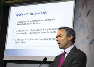 Marcus Birro är kritisk till de förenklade samband som utbildningsminister Jan Björklund pekar på i sin skolpolitik. Birro minns de skolkade timmarna som de bästa under sin gymnasietid.