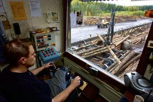 Anders Söderberg har jobbat på sågverket i flera år och är van vid att få stockarna på plats.