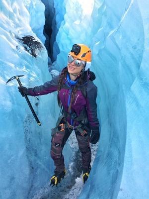 I en glaciärspricka i Solheimajökullglaciären på Island.