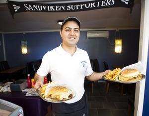 Hamburgare i alla slags storlekar är ställets specialitet. Här är Diyar Ghader på gång att servera två portioner.