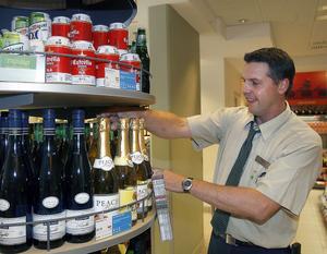 Mats Johansson, butikschef, ordnar bland de alkoholfria alternativen.– Försäljningen av de alkoholfria produkterna har ökat rejält, berättar han.