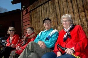 LYSSNA. Lena Nyberg, Birgit Eriksson, Erika och HeLge Jönsson kom för att höra Ardalan Shekarabi tala på första maj.