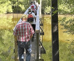 I vandringen ingick även att balansera sig över en hängbro.