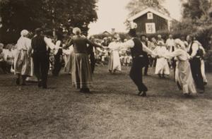 Bygdedagar. I 24 år anordnade Lilian bygdedagar på Abrahamsgården, bland annat med folkdans. Foto: Privat