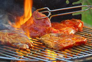 Använd inte samma fat och redskap till färdiggrillad mat som du använt till rått kött.