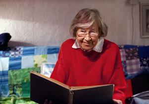 Margareta Grafström bläddrar i ett av sina många fotoalbum som också är rikt illustrerade med egna teckningar. Hon funderade i sin ungdom att bli teckningslärare.