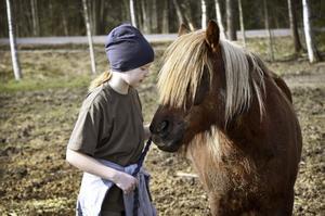 Kvalitetstid. Att få spendera tid med hästarna är en av höjdpunkterna på påsklovet. Matilda Davidsson och hästen Baloo ser ut att ha funnit varandra väl.