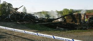 Gården har spärrats av i väntan på att polisens tekniker ska kunna genomföra en brandteknisk undersökning.