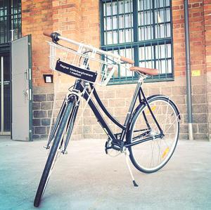 """Den speciella cykeln till stipendiaterna har en tydlig och prestigefylld skylt med texten """"Ragnar Söderbergforskare i medicin"""""""