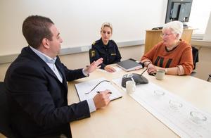 Roger Haddad (L) i samtal med kommunpolisen Petronella Hjertqvist och Anita Lilja Stenholm (L). Haddad tycker det är glädjande med fler poliser i vinter men ser också ett problem:
