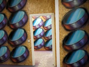 Två av rummen i Rolfcarlwerners ateljé, överallt hänger formerna som ska bilda ett tredimensionellt graffitiverk.
