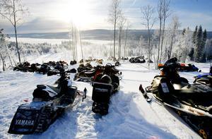 Skotrar uppställda i Åkersjön i samband med Skoterns julafton som lockar många åkare från hela länet.
