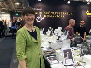Anne Brügge i montern där hennes nyutgivna biografi över Karin Ek presenteras.