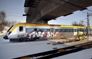 Norrtåg är drabbade av klotter som kostar stora belopp i sanering. Även tågen som testade (bilden) Ådalsbanan innan trafiken öppnades har drabbats.