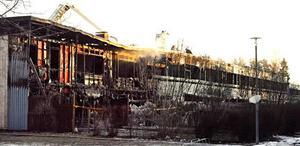 Tre av lägenheterna blev helt utbrända. Resten av längan fick rök- och vattenskador.