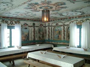Jonas Hertman målade på 1700-talet både väggar och tak i herrstugan. Hembygdsgården i Edsbyn kan uppvisa ett skiftande väggmåleri och det är precis vad som efterfrågas för den nya världsarvsansökan.