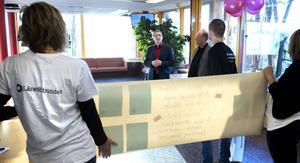 Lärarförbundets Daniel Zettergren, Nadja Ålander och Katrin Ivarsson överlämnar brev från lärare till utbildningsnämndens blivande ordförande Joao Pinheiro och vice ordförande Hans Zetterkvist.