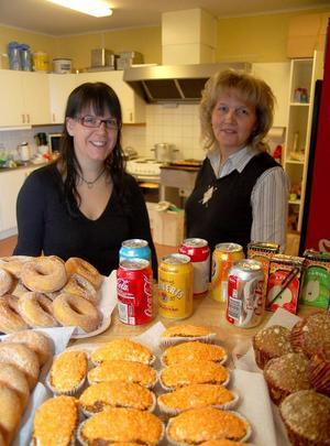 """I hockeycaféet arbetade Carola Nordström och Ingela Strömgren. """"Vi är hockeymammor som ställer upp"""", säger Carola."""