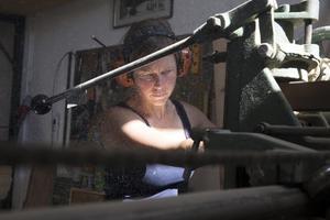 Just nu håller Erika på foga samman lådor med hjälp av en zinkfräs.