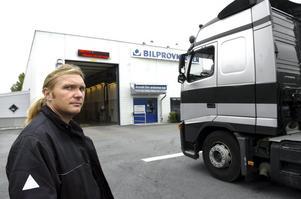 Besiktningsdags. Arbetsledaren på Axels tivoli Pavel Kargol lotsar in en av sina chaufförer på Bilprovningens station i Lindesberg.