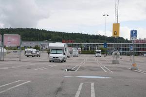 Ikeaparkeringen i Birsta lockar många semestercampare.