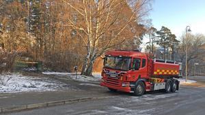 Räddningstjänsten fortsatte att hålla brandplatsen under uppsikt även dygnet efter branden.