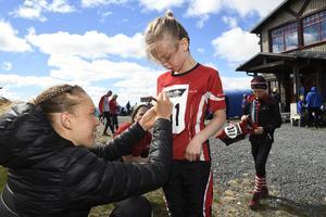 Elvira Åhlund från Vänersborg får Toves autograf på nummerlappen.