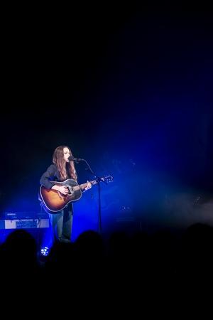 Melissa Horn är säker i sin sång och  självsäker på scenen. Foto: Jonas Herjeby.